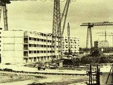 Hulme Crescents under construction, subsequently demolished in the early 1990s.